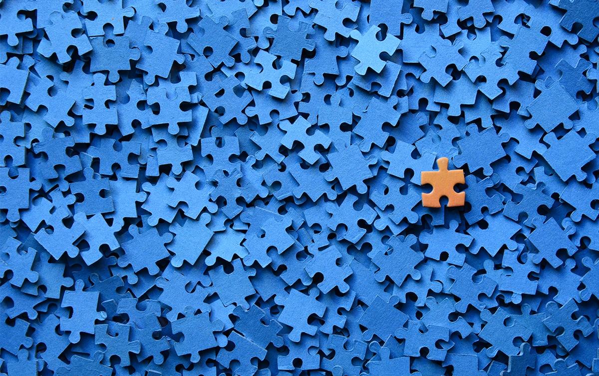 Der Veranstaltungsleiter fügt alle Puzzleteile zusammen