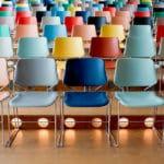 Leere Stuhlreihen in einer Veranstaltungslocation